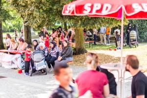 Gäste beim Spielplatzfest an der Sophienschule