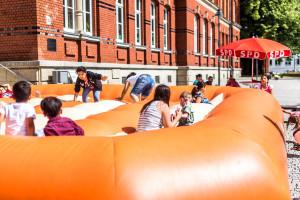 Spielplatzfest an der Sophienschule - Hüpfburg der Hofer Falken