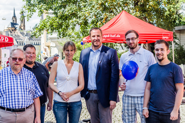 SPD-Helfer und Gäste beim Spielplatzfest an der Sophienschule Hof: Klaus Adelt, Florian Strößner, Eva Döhla, Christan Zuber, Sascha Kolb und Lukas Thümling