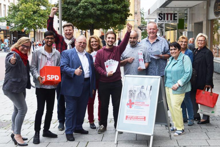 """SPD-Helfer in der Hofer Altstadt beim Sammeln von Unterschriften für das Volksbegehren """"Stoppt den Pflegenotstand"""""""